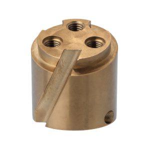 Material: Messing | Abmaße: Länge 44mm, Ø 40mm | Besonderheit: Planfläche sowie Gewindebohrungen geneigt zur Bauteilachse